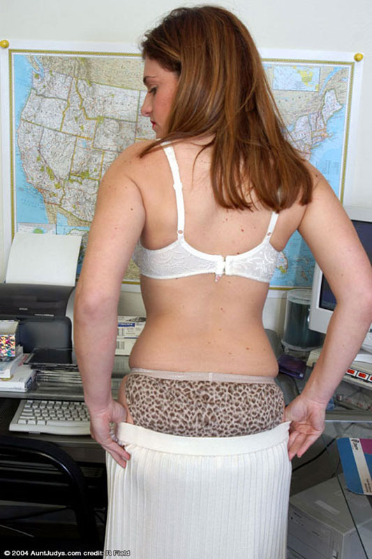 Busty secretary knows how to keep her job 6