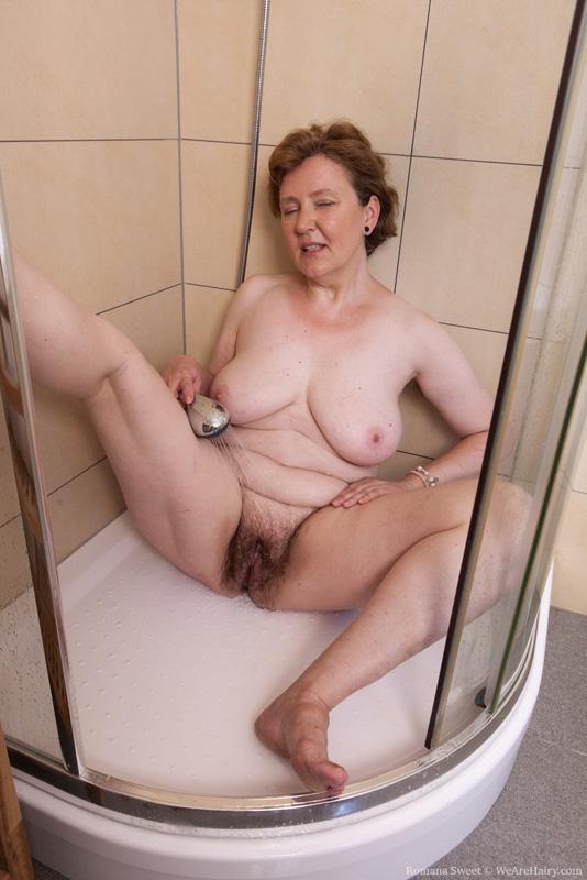 голая старушка моется фото