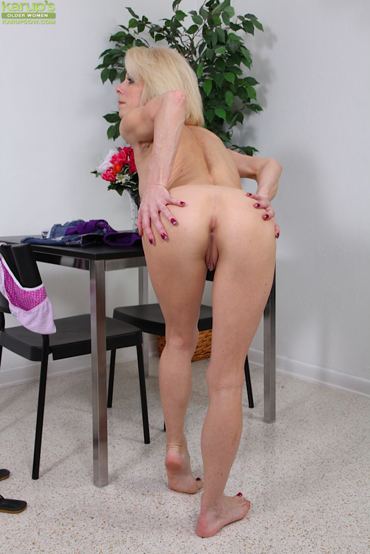 Redhead cougar toying with her prey - 1 4