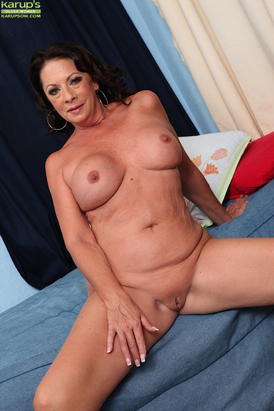 Mature milf cindi strips down her clothes 3