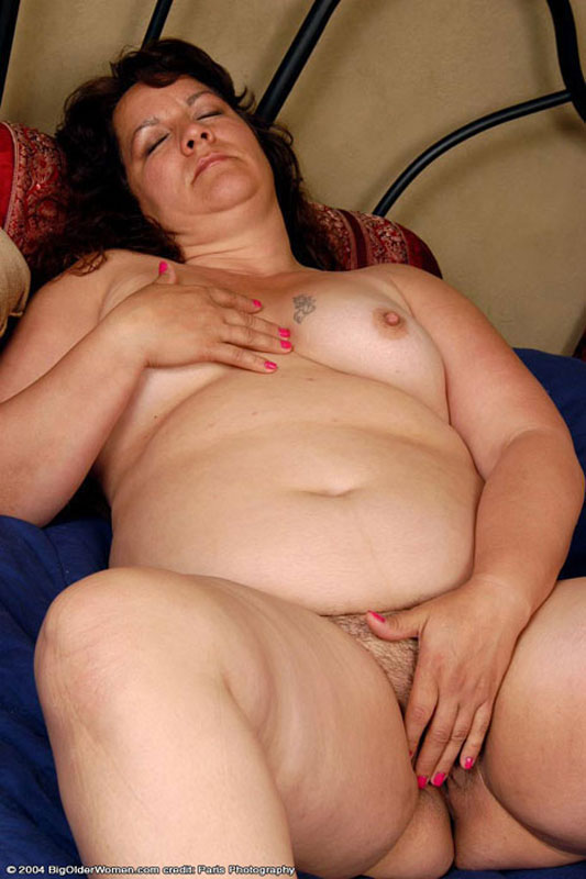 plump mature babe stripping and fingering pussy on the bed