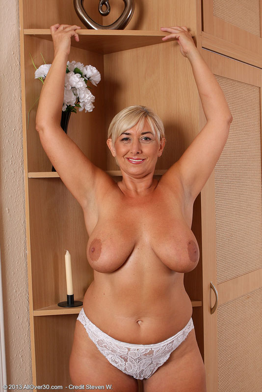 Elegant and busty Melyssa spreading her meaty mature legs ...